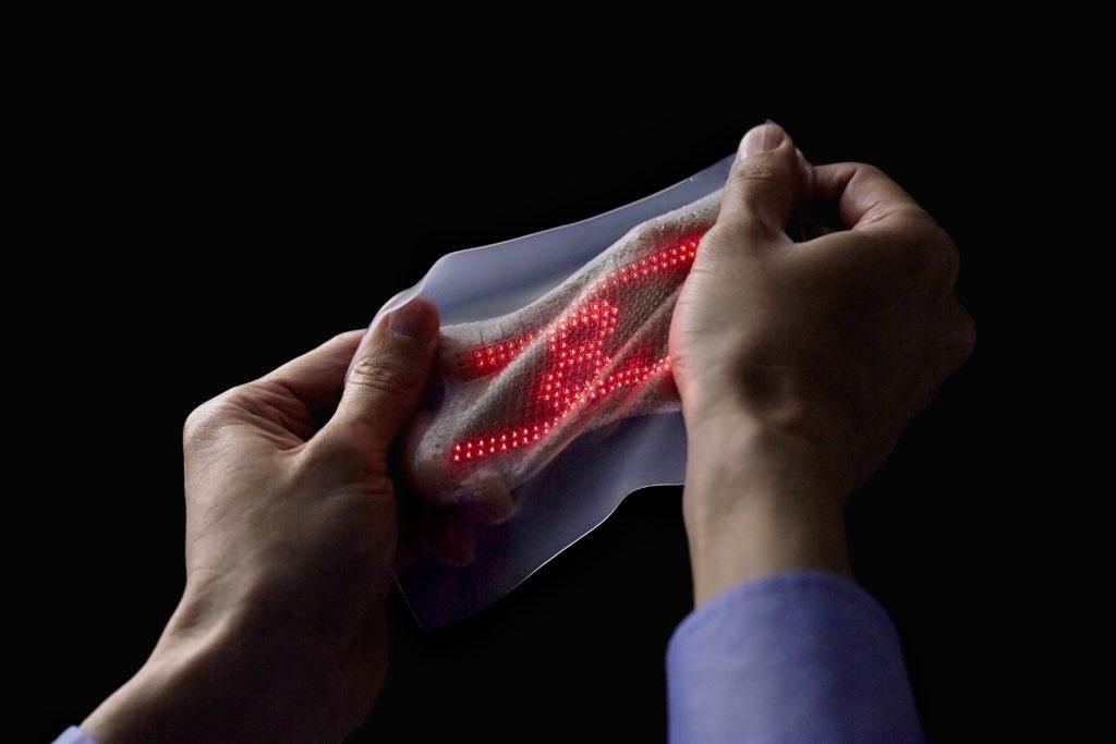 e-Santé : une peau électronique capable de mesurer les constantes cardiaques (pouce en l'air tout va bien) !