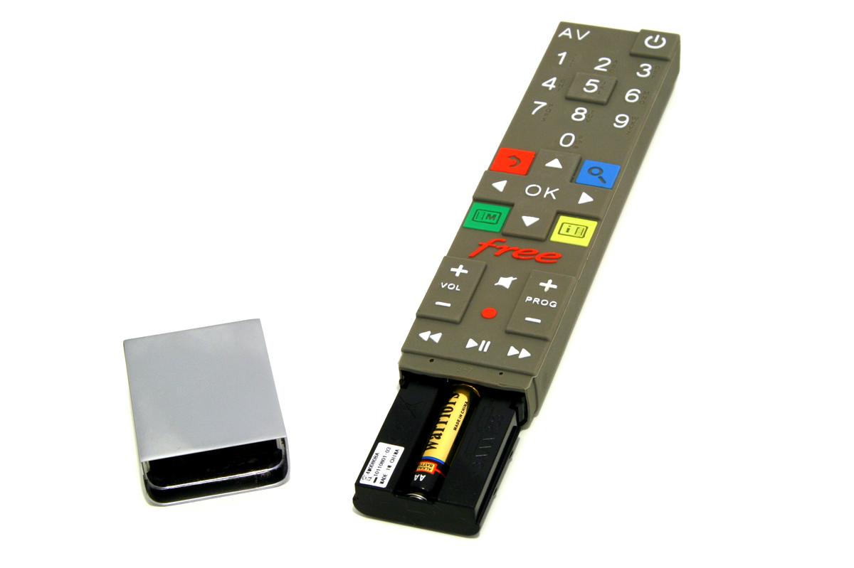 Freebox Revolution : comment maintenir le cache métallique de la télécommande (sans heurter personne... littéralement) !